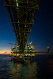 Plataforma de petróleo e gás no golfo ou o mar, o óleo a pouca distância do mar e a plataforma da construção do equipamento Foto de Stock Royalty Free