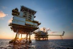 Plataforma de petróleo e gás no golfo ou o mar, o óleo a pouca distância do mar e a plataforma da construção do equipamento Fotos de Stock