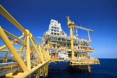 Plataforma de petróleo y gas en la industria costera, proceso de producción en la industria petrolera, planta de la construcción  Fotografía de archivo libre de regalías