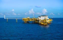 Plataforma de petróleo y gas en a poca distancia de la costa Fotos de archivo libres de regalías
