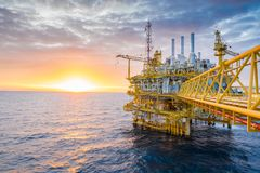 A plataforma de processamento central do petróleo e gás no sol ajustou-se no Golfo da Tailândia, negócio do petróleo do petróleo  imagens de stock