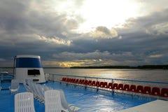 Plataforma de um forro do cruzeiro do rio no por do sol Plataforma no fundo do grande rio Volga do russo imagem de stock