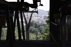 Plataforma del lanzamiento de la elevación del teleférico cerca de la ciudad de Pretoria fotos de archivo