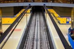 Plataforma del metro de Madrid en Pinar del Rey Station Foto de archivo