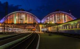 Plataforma del pasajero en la noche en el ferrocarril en Lviv, Ucrania Imagenes de archivo