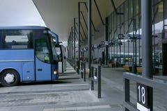Plataforma del término de autobuses Fotos de archivo