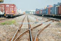 Plataforma del tren del cargo con el envase del tren de carga en el depósito Fotografía de archivo libre de regalías