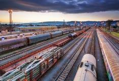 Plataforma del tren del cargo en la puesta del sol con el envase Imagenes de archivo