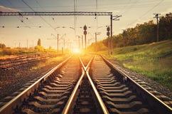 Plataforma del tren del cargo en la puesta del sol Ferrocarril Ferrocarril británico Imágenes de archivo libres de regalías