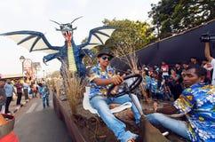 Plataforma divertida con el dragón azul que conduce en la calle apretada durante el carnaval tradicional de Goa Fotografía de archivo