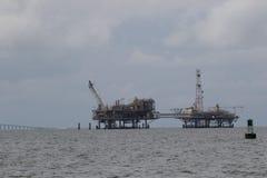 Plataforma do óleo a pouca distância do mar e do gás natural Fotos de Stock Royalty Free