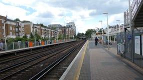 A plataforma do esta??o de caminhos de ferro ? muito quieta foto de stock royalty free