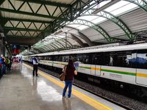 Plataforma do metro de MedellÃn Colômbia com espera dos povos foto de stock royalty free