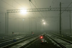 Plataforma do trem da carga na noite Estação de comboio britânica foto de stock