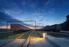 Plataforma do trem da carga na noite Estrada de ferro em Ucrânia Stat da estrada de ferro foto de stock