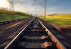 Plataforma do trem da carga no por do sol Estrada de ferro em Ucrânia Estrada de ferro foto de stock
