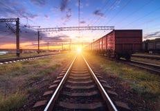 Plataforma do trem da carga no por do sol Estrada de ferro em Ucrânia Sta Railway fotos de stock
