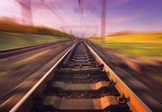Plataforma do trem da carga no por do sol Estrada de ferro Estação de comboio britânica imagem de stock