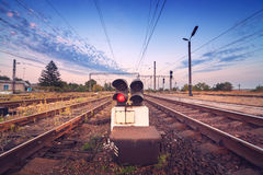 Plataforma e sinal do trem no por do sol Estrada de ferro St da estrada de ferro Foto de Stock Royalty Free