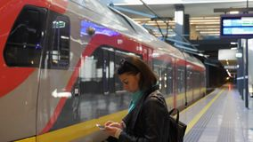 Plataforma e trem regional vazio no trajeto video estoque