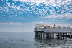 Plataforma em apoios no mar perto da costa fotografia de stock royalty free