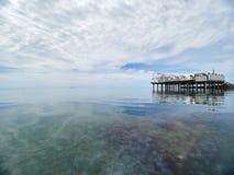 Plataforma em apoios no mar perto da costa Baixas nuvens densas sobre o mar foto de stock