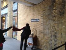 Plataforma 9 3/4 estación de tren de KingCross fotografía de archivo