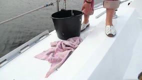 Plataforma fêmea da limpeza do marinheiro do iate da navigação, trabalho, ocupação filme