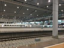 Plataforma ferroviaria de alta velocidad de Xi'an en la noche fotografía de archivo