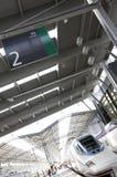 Plataforma ferroviaria 2 del poste indicador con el tren de alta velocidad Fotos de archivo libres de regalías