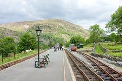 Plataforma ferroviaria en Beddgelert, País de Gales Imagen de archivo libre de regalías
