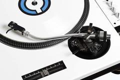 Plataforma giratória de Closedup DJ com vinil branco imagem de stock