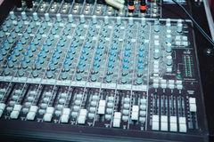 Plataforma giratória do DJ, equipamento dos botões para o controle do misturador sadio Fotografia de Stock