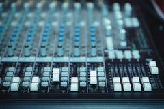 Plataforma giratória do DJ, equipamento dos botões para o controle do misturador sadio Fotos de Stock Royalty Free