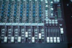 Plataforma giratória do DJ, equipamento dos botões para o controle do misturador sadio Fotografia de Stock Royalty Free