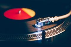 Plataforma giratória profissional do DJ com iluminação imagens de stock
