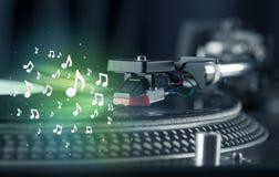 Plataforma giratória que joga a música com incandescência audio das notas Imagens de Stock Royalty Free