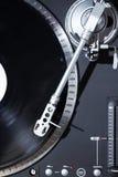 Plataforma giratória que joga o registro de vinil com música fotos de stock