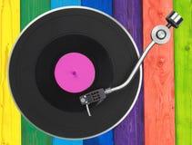 Plataforma giratória sobre pranchas de madeira coloridas Fotografia de Stock Royalty Free