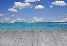 Plataforma grande que sai à praia tropical fotografia de stock royalty free