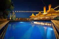 Plataforma iluminada do navio na noite. Imagens de Stock Royalty Free