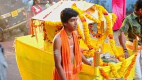 Plataforma indiana feliz nova do feriado do amarelo do transporte dos homens video estoque