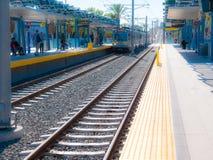 Plataforma leve do trilho do metro que olha ocidental na 26a estação de St/Bergamot em Santa Monica Imagens de Stock Royalty Free