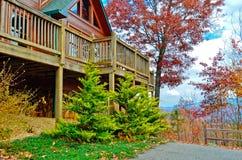 Plataforma no lado de uma casa de log Foto de Stock Royalty Free
