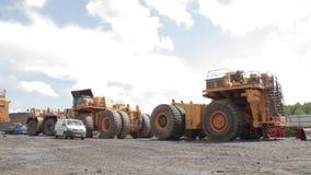 Plataforma para o conjunto do poço aberto dos caminhões basculantes vídeos de arquivo