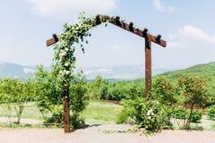 Plataforma para una boda de la ceremonia de la salida en las monta?as fotos de archivo libres de regalías