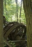 Plataforma petrolífera abandonada através das árvores Fotografia de Stock