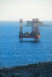 Plataforma petrolífera apenas fora da costa imagem de stock