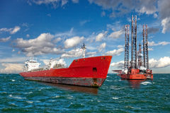 A plataforma petrolífera de perfuração a pouca distância do mar fotos de stock