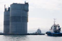 Plataforma petrolífera e reboquees baixos Foto de Stock